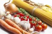 Těstoviny ingredience na bílém pozadí