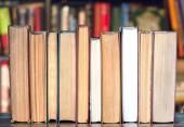Knihy na dřevěný stůl