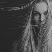 Dramatický portrét dívky téma: portrét krásné dívky s létáním vlasy ve větru na pozadí v ateliéru