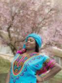 Afro žena procházky v ulicích Paříže na jaře