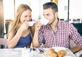 Paar, die Zubereitung von Frühstück zu Hause