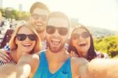 junge menschen die selfie auf dach
