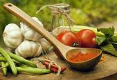 Zelenina na dřevěná kuchyně s skupina, rajče, chilli, zelená