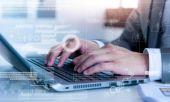 Obchodní muž psaní na notebooku conputer s technologií efekt vrstvy
