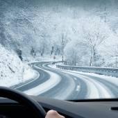 Zimní jízda - vývrtka zasněžené venkovské silnici
