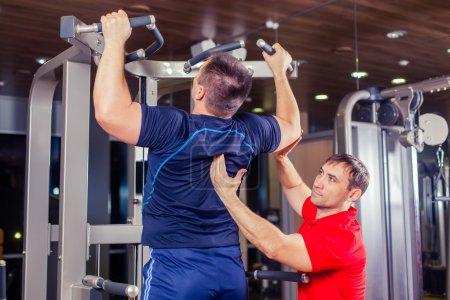 运动,健身、 团队精神、 健美的人概念 — — 人和私人教练与杠铃举重组举重锻炼锻炼健身房