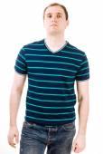 Mladý muž s zelené polo tričko na bílém pozadí