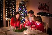 Rodina s vánoční večeře v krbu