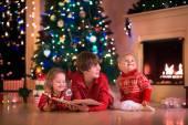 Děti hrají na krb na Štědrý den
