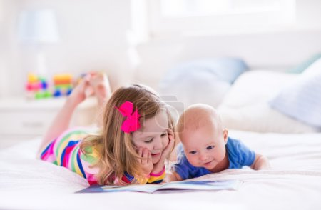 孩子的阅读在白色的卧室里