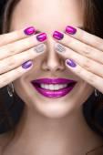 Krásná dívka s světlé večerní make-up a fialová manikúra s kamínky. Nail design. Krása obličej
