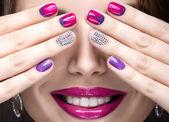 Gyönyörű lány fényes estélyi smink és rózsaszín manikűr strassz. Köröm design. Szépség arc