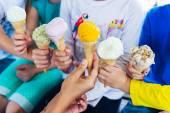 6 kuří oka barevné zmrzliny drží děti