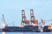 Containerschiff anlegende port