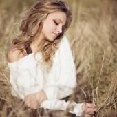 Dívka v podzimní pole