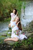 Két lány az ukrán nemzeti ruha koszorúk az áramlás