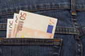 Tři bankovky 50 euro v džínách kapsy