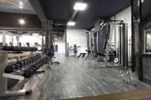 Interiér moderní tělocvičnu s různými zařízeními