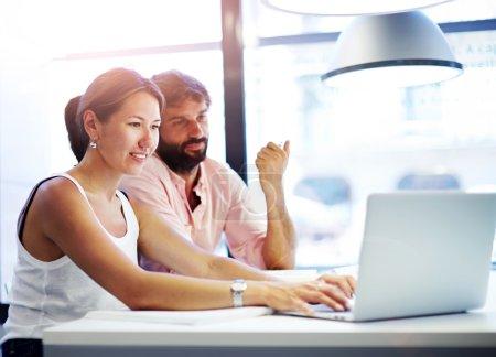 zwei studenten zusammen an einem computer