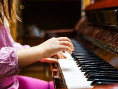 小女孩学习弹钢琴