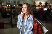 Módní nákupní lady portrét. Krása ženy s nákupní tašky v nákupní centrum