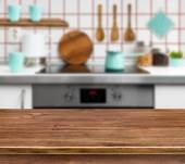 Hölzerne Struktur Tabelle auf Defokussiert moderne Küche-Hintergrund