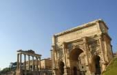Starověké Forum s chrámy a památky se nachází v centru města Řím Itálie
