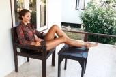 Nő a kávéfogyasztás szálloda teraszán