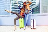 Dívky baví nedaleko letiště