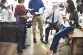 Geschäftskollegen diskutieren