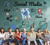 Lidé sedí u zařízení a sociální média