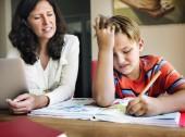 Matka se synem dělat domácí úkoly