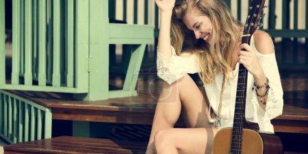 原声吉他的金发女人