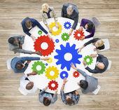 Geschäftsleute in Treffen mit Getriebe