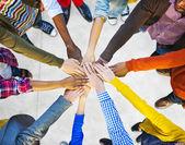 Kézenfogva különböző emberek csoportja