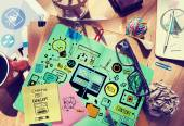 Chaotischen Schreibtisch mit Webdesign