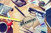 Schreibtisch mit Branding-Konzept