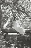 Krásná těhotná žena v lese víla