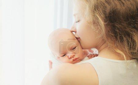 快乐妈妈和宝宝一起在家的肖像