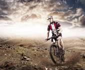 Horské kolo cyklista na koni jednu stopu