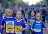 Fiatal szőke lány fut csoportja
