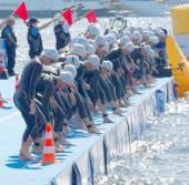 A nő versenytársak koncentrált, mielőtt a start jelet
