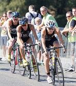 Triatlonban Anja Knapp kerékpározás, követi a versenytársak