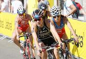 Triatlonban Yuko Timár kerékpározás, követi a versenytársak
