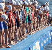 Várakozás a start jelet közeli, férfi úszó versenytársak