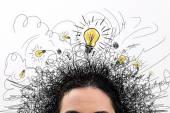 Myšlení lidí s otázkou značky a lehké myšlenka žárovka nad