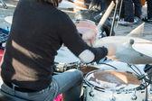černé vlasy bubeník venkovního koncertu: zadní pohled