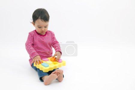 小女孩学习形状、 早期教育和日托概念