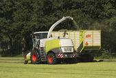 Kombajn na sběr a přepravu trávy s traktorem a zavaděč pícnin
