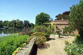 Zahrada na břehu jezera, Leeds castle garden, Kent, Anglie